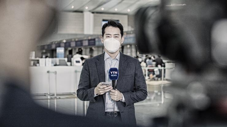 [B컷 사진관] 한일 입국 제한 첫날...공항 중계 현장
